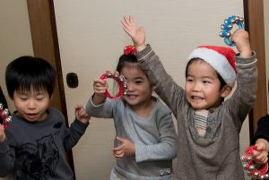 高松英会話ケビンズイングリッシュハウスでベルを鳴らしながら踊る子供たち