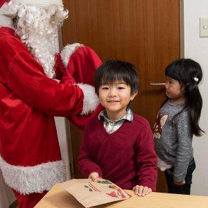 高松英会話ケビンズイングリッシュハウスでクリスマスプレゼントを貰って嬉しそうな男の子