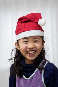 高松英会話ケビンズイングリッシュハウスでサンタの帽子を被った素敵な笑顔の女の子